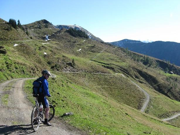Foto: mucho / Mountainbike Tour / Hundstein-Runde / Abfahrt Richtung Maria Alm, hinten Gipfel mit Statzerhaus / 26.09.2007 21:08:20