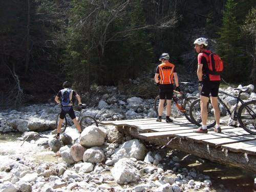 Foto: hofchri / Mountainbike Tour / Rund um den Schafberg - über den Falkenstein / Brücke gesprengt - Kreativit bei der Bachquerung ist da gefragt / 06.07.2009 19:53:26