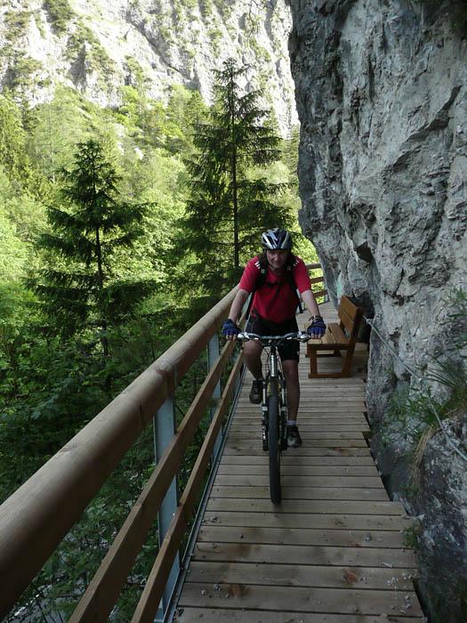 Foto: Lenswork.at / Ch. Streili / Mountainbike Tour / Über die Salinenwege auf die Kaitlalm / Neuer Steg kurz vor dem Thumsee / 30.05.2008 09:59:44