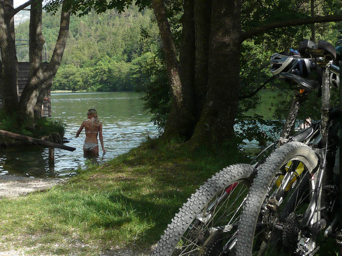 Foto: Lenswork.at / Ch. Streili / Mountainbike Tour / Über die Salinenwege auf die Kaitlalm / Kurze Erfrischung im Thumsee nach der Tour. / 30.05.2008 10:12:43