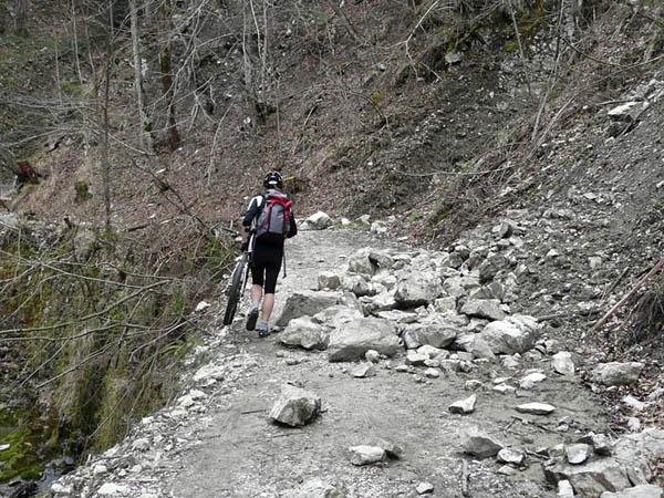Foto: Lenswork.at / Ch. Streili / Mountainbike Tour / Rund um den Gaisberg / Steinschlag Glasenbachklamm / 13.04.2008 20:32:03