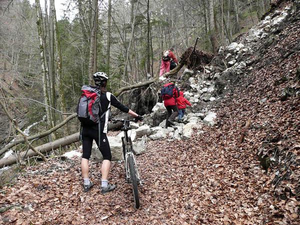 Foto: Lenswork.at / Ch. Streili / Mountainbike Tour / Rund um den Gaisberg / Stau an einer Engstelle in der Glasenbachklamm. / 13.04.2008 20:31:28