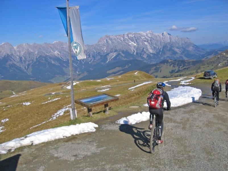 Foto: forstpointler / Mountainbike Tour / Von Maria Alm auf den Hundstein / die Abfahrt beginnt! Hurra! / 11.09.2009 15:39:14