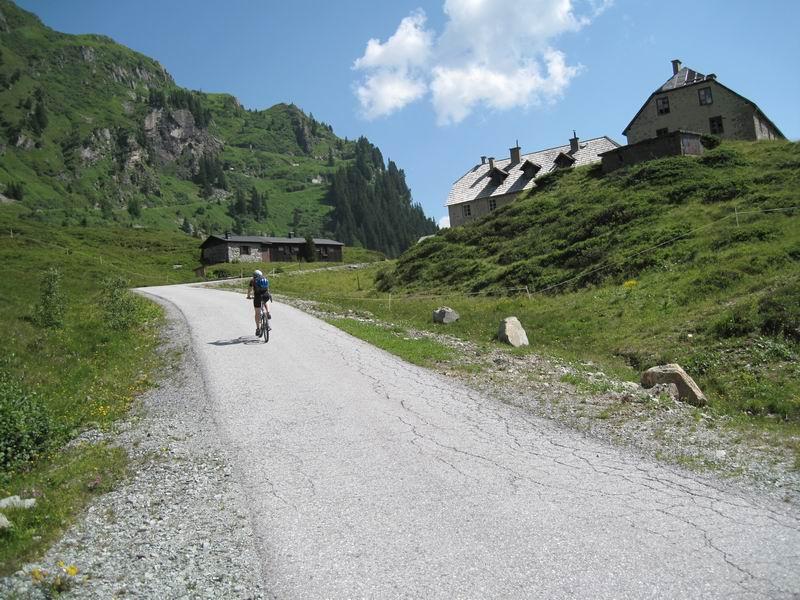 Foto: Heidi Schützinger / Mountainbike Tour / Bockhartsee, 1875m / Vorbei an den alten Bergwerkshäusern im Naßfeld führt die Schotterstraße steil bis zum Tunnel. Von hier gehts zu Fuß über eienn Wanderweg  weiter ( ca. 20 min.)  bis zur Bockhartseehütte. / 11.07.2010 17:36:50