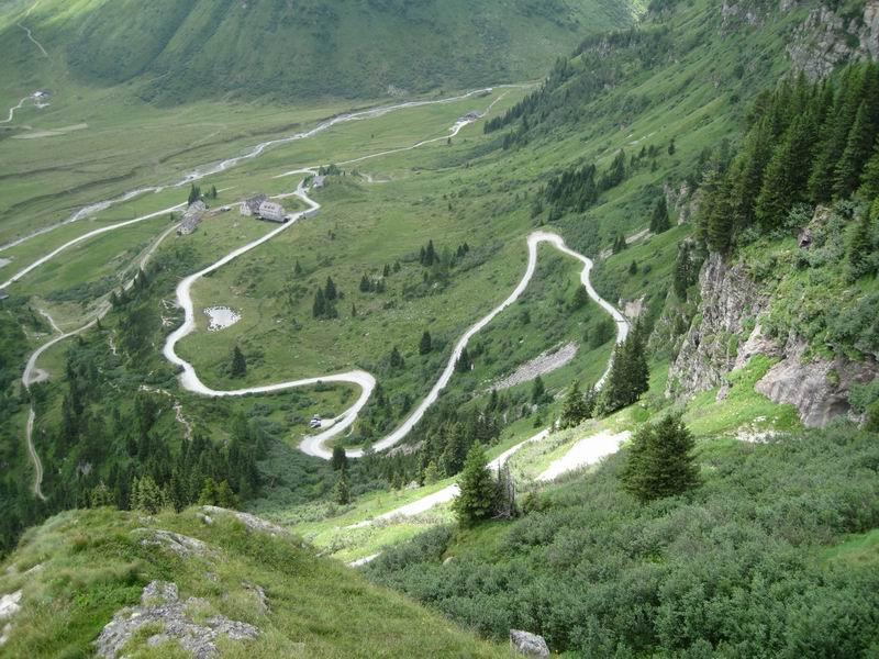 Foto: Heidi Schützinger / Mountainbike Tour / Bockhartsee, 1875m / Tiefblick auf die steile Straße vom Naßfeld Richtung Bockhartseehütte. / 11.07.2010 17:39:20