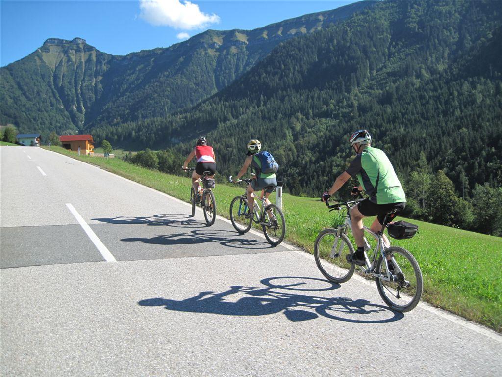 Foto: Heidi Schützinger / Mountainbiketour / Almtour zwischen Gaißau und Hintersee / Von Gaißau geht es ein Stück auf Asphalt bis zu den Gaißauer Bergbahnen - anschließend zweigt die Forststraße  Richtung Latschenalm  ab.<br>Wunderschöne Rundtour!!<br><br> / 10.09.2011 18:21:46