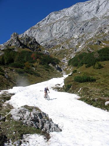 Foto: Lenswork.at / Ch. Streili / Mountainbike Tour / Jochalm Route / Christoph bei der Abfahrt im Schnee / 26.09.2007 09:48:46