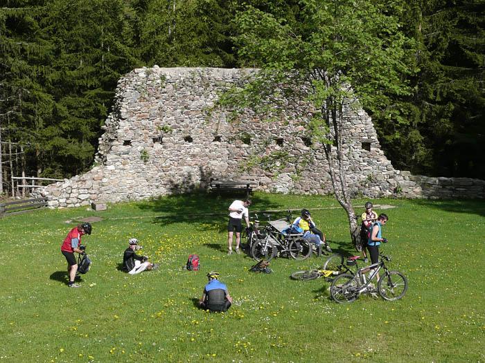 Foto: Lenswork.at / Ch. Streili / Mountainbike Tour / Preber Route/Variante Lerchpoint-Ludlalm / Rast bei der Ruine Turnschall / 27.05.2008 12:05:25