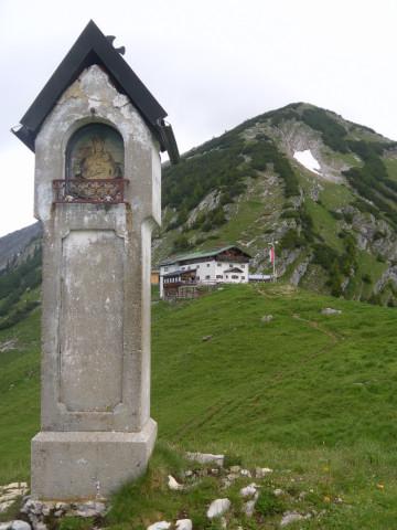 Foto: Wolfgang Lauschensky / Wander Tour / Aus dem Rißbachtal auf den Schafreuter (Scharfreiter) / hinterm Marterl am Delpshals zeigt sich die Tölzer Hütte vor dem Südrücken des Scharfreiters / 24.06.2012 20:24:39