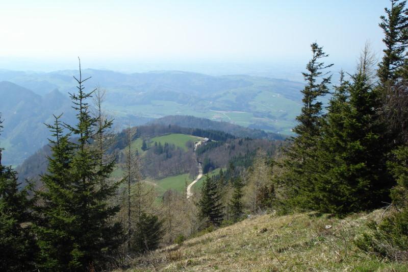 Foto: Günter Siegl / Wander Tour / Über die Grünburger Hütte auf den Hochbuchberg / Blick vom Gipfel auf die Grünburger Hütte. / 18.04.2011 10:04:25