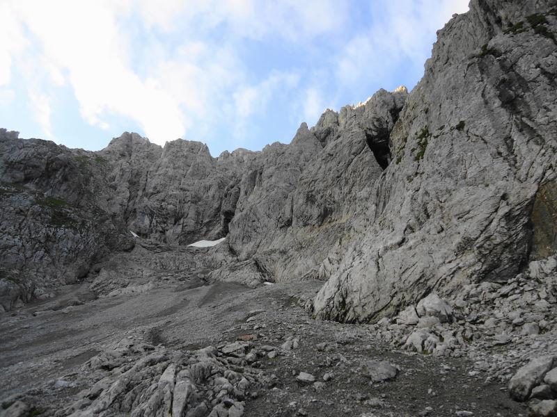 Foto: Günter Siegl / Wander Tour / Von Norden auf die Ackerlspitze / In der Schuttrinne hoch bis zum Schneefeld, dann links in die Felsen. / 10.08.2016 20:16:48