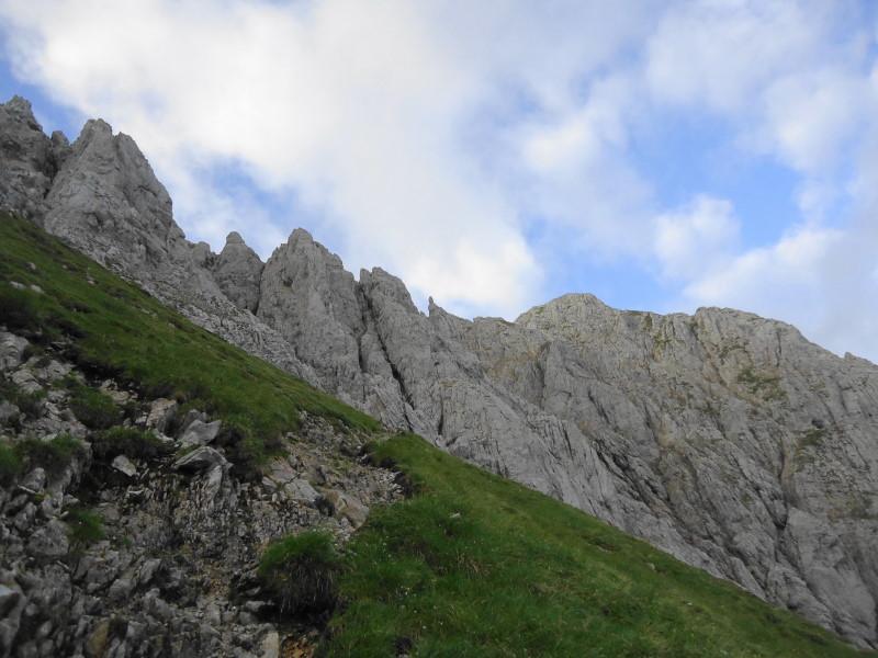 Foto: Günter Siegl / Wander Tour / Von Norden auf die Ackerlspitze / Am Ende des Grasrückens, in die Felsen bei der ersten Rinne. / 10.08.2016 20:10:06