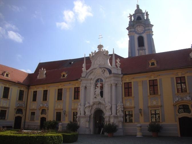 Foto: Wolfgang Dröthandl / Wander Tour / Vogelberg-Schloßberg - Runde / Stiftshof (ehem. Augustiner -  Chorherren) Dürnstein / 08.05.2017 09:34:43