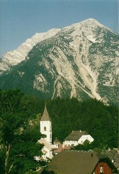 Foto: Wolfgang Dröthandl / Wander Tour / Von Kulm auf den Grimming / Pürgg mit Grimming frühmorgens; Gipfelkreuz steht auf der Spitze links; alle Fotos vom 23. 6. 2002 / 16.05.2011 14:39:28