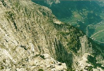 Foto: Wolfgang Dröthandl / Wander Tour / Von Kulm auf den Grimming / Blick in die Südabstürze vom Gipfel (Multereck), tief im Tal Pürgg / 16.05.2011 14:31:35