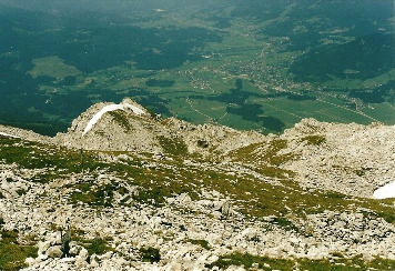 Foto: Wolfgang Dröthandl / Wander Tour / Von Kulm auf den Grimming / Blick vom Gipfel nach Norden: Biwakschachtel im Grimmingboden, im Tal Bad Mitterndorf / 16.05.2011 14:29:05