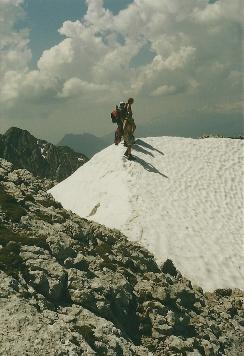 Foto: Wolfgang Dröthandl / Wander Tour / Von Kulm auf den Grimming / Im Abstieg (bzw. Aufstieg) vom Biwak Überschreitung eines luftigen Schneefelds (Situation Mitte Juni!) / 16.05.2011 14:26:12