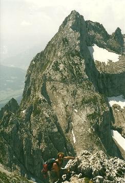 Foto: Wolfgang Dröthandl / Wander Tour / Von Kulm auf den Grimming / 'Schlüsselstelle': ausgesetzte Felskopfkraxelei vor dem Ausstieg auf das Gipfelplateau, gegen Schartenspitze / 16.05.2011 14:24:35