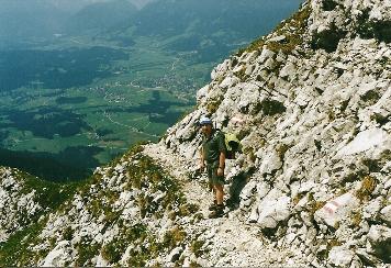 Foto: Wolfgang Dröthandl / Wander Tour / Von Kulm auf den Grimming / In den Schrofen beim Abstieg, Tiefblick auf Bad Mitterndorf / 16.05.2011 14:22:29