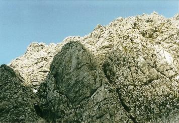 Foto: Wolfgang Dröthandl / Wander Tour / Von Kulm auf den Grimming / Blick zurück auf die 'Himmelsleiter' im Abstieg; die Route führt über die Felsrippe am linken Bildrand und quert rechts hinauf... / 16.05.2011 14:19:38