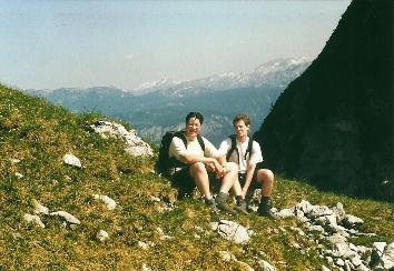 Foto: Wolfgang Dröthandl / Wander Tour / Von Kulm auf den Grimming / Rast am Rand des Großen Kars, gegen Totes Gebirge / 16.05.2011 14:36:03