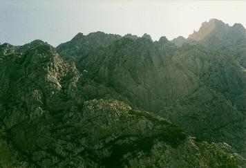 Foto: Wolfgang Dröthandl / Wander Tour / Von Kulm auf den Grimming / Blick auf die Schrofenrampe nach dem Großen Kar - Aufstieg zieht von der rechten unteren Bildecke durch die Latschen Richtung linkes oberes Bildeck, dann Querung nach rechts / 16.05.2011 14:35:06