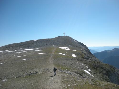 Foto: Redaktion Salzburg / Wander Tour / Von der Sticklerhütte auf das Weißeck / Die letzten Meter auf dem Weg zum Gipfelkreuz des Weisseck. / 15.07.2009 10:29:42
