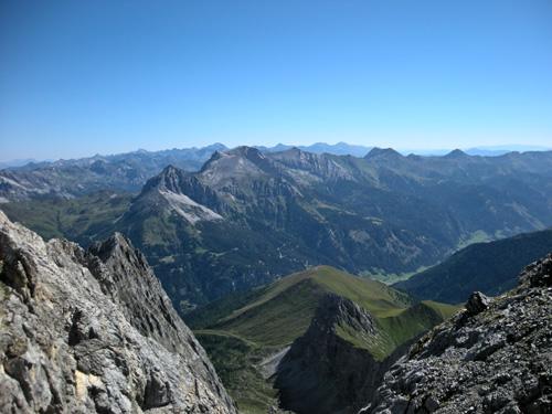 Foto: Redaktion Salzburg / Wander Tour / Von der Sticklerhütte auf das Weißeck / Eindrucksvoller Blick vom Gipfel des Weisseck nach Nordosten in die Lungauer Bergwelt. / 15.07.2009 10:31:09