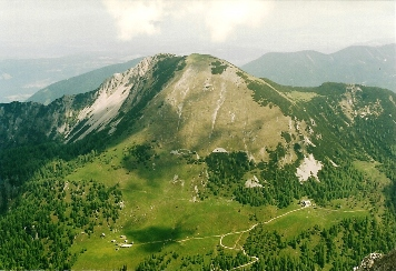 Foto: Wolfgang Dröthandl / Wander Tour / Vom Bodental auf den Hochstuhl / Blick vom Hochstuhl auf Kosiak (Geißberg) und Klagenfurter Hütte (rechts unten) / 16.05.2011 16:57:07