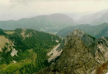 Foto: Wolfgang Dröthandl / Wander Tour / Vom Bodental auf den Hochstuhl / Blick vom Gipfel auf Klagenfurter Hütte (links unten), Bodental, Bielschitza / 16.05.2011 16:58:05