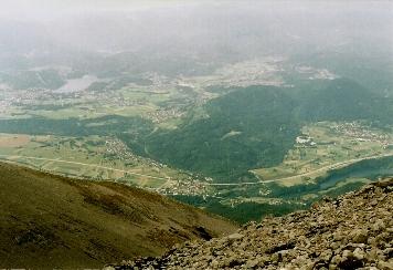 Foto: Wolfgang Dröthandl / Wander Tour / Vom Bodental auf den Hochstuhl / Tiefblick vom Gipfel ins slowenische Savetal, links Bled (See) / 16.05.2011 17:00:24