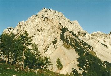 Foto: Wolfgang Dröthandl / Wander Tour / Vom Bodental auf den Hochstuhl / abendlicher Blick von der Klagenfurter Hütte zur Bielschitza, der Anstiegsweg dorthin und zum Hochstuhl zieht rechts hinauf in den Sattel (Staatsgrenze) / 16.05.2011 16:49:18