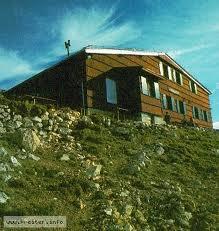 Foto: Wolfgang Dröthandl / Wander Tour / Vom Bodental auf den Hochstuhl / Presern - Hütte unterhalb des Gipfels auf slowenischer Seite, Quelle: www.kreiter.info / 16.05.2011 16:56:14