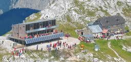 Foto: Wolfgang Dröthandl / Wander Tour / Hochschwabrunde übers G´hackte / Das neue Schiestlhaus - höchstes Passivhaus der Alpen; bei der Eröffnung (September 2005) standen noch beide Hütten nebeneinander! Quelle: www.bergnews.com / 16.05.2011 15:12:45