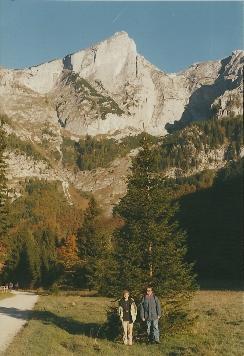 Foto: Wolfgang Dröthandl / Wander Tour / Hochschwabrunde übers G´hackte / Abgang beim Bodenbauer frühmorgens, gegen Zinken; Anstieg ins Trawiestal rechts im Wald (Schattengrenze); alle Fotos vom 17.10.1999 / 16.05.2011 15:28:56