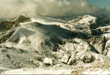 Foto: Wolfgang Dröthandl / Wander Tour / Hochschwabrunde übers G´hackte / Blick vom Gipfel nach Westen auf die Hochfläche: links Fleischerbiwak, der Weg zieht sich rechts in den markanten Rauchtalsattel / 16.05.2011 15:17:23