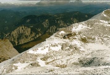 Foto: Wolfgang Dröthandl / Wander Tour / Hochschwabrunde übers G´hackte / Blick vom Hochschwabgipfel auf das alte Schiestlhaus (1999), dahinter Zeller Staritzen; im linken Bildmittelgrund die Edelbodenalm / 16.05.2011 15:11:42