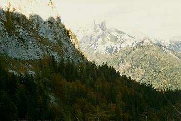 Foto: Wolfgang Dröthandl / Wander Tour / Hochschwabrunde übers G´hackte / Abstieg von der Häuslalm, blick ins abendliche Trawiestal (Festlbeilstein) / 16.05.2011 15:01:51