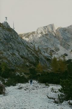 Foto: Wolfgang Dröthandl / Wander Tour / Hochschwabrunde übers G´hackte / Im oberen Trawiestal, der Weg führt im Talgrund links hinauf über 'Vogelbad' zum Ghacktbrunn / 16.05.2011 15:26:55