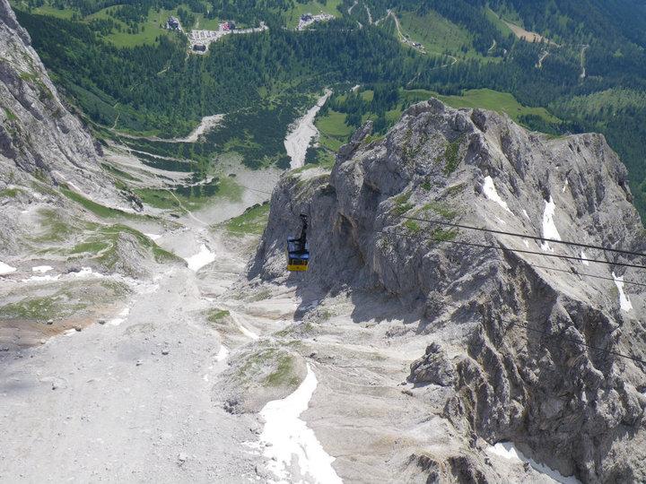 Foto: drjones31 / Wandertour / Auf den Spuren der Eiszeit - Etappe 1: Hunerkogel - Gjaidstein - Gjaidalm - Krippenstein / Blick vom Skywalk am Hunerkogel zur Talstation der Glettscherbahn / 18.08.2010 16:05:16