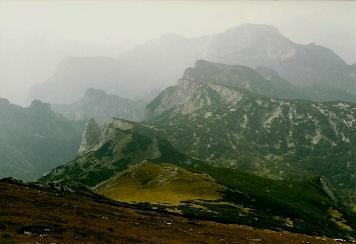 Foto: Wolfgang Dröthandl / Wander Tour / Brandstein - einsamer Hochschwab / Blick vom Gipfel nach Westen: links vorne Fobisturm, dahinter Hochblaser und Kalte Mauer (am Horizont) / 16.05.2011 14:03:24