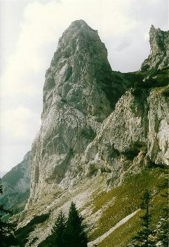 Foto: Wolfgang Dröthandl / Wander Tour / Brandstein - einsamer Hochschwab / Abstieg vom Brandsteingipfel, Fobisturm von Osten / 16.05.2011 14:00:31