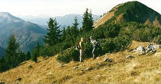 Foto: Wolfgang Dröthandl / Wander Tour / Zellerhüte - Rundwanderung / Blick vom Mittleren auf den Großen Zellerhut; links Kräuterin und Gesäuseberge, daneben Hochkar / 06.04.2011 16:39:12