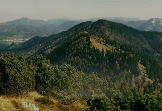 Foto: Wolfgang Dröthandl / Wander Tour / Zellerhüte - Rundwanderung / Blick vom Gipfel auf Mariazell, dahinter Bürgeralpe, Göller / Gippel; Schneeberg, Rax, Tonion; in Bildmitte Mittlerer und Vorderer Zellerhut (Rückweg mit Gegensteigungen) / 06.04.2011 16:37:24