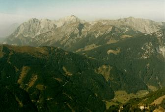 Foto: Wolfgang Dröthandl / Wander Tour / Von Radmer auf das Zeiritzkampel / Tiefblick vom Kamm (Abstieg) ins Radmertal, gegen Ödstein - Hochtor - Stadelfeldschneid - Zinödl (von links) / 08.04.2011 10:34:04