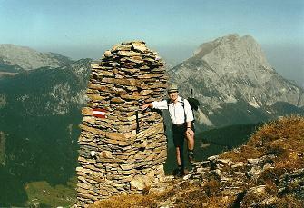 Foto: Wolfgang Dröthandl / Wandertour / Von Radmer auf das Zeiritzkampel / Die markanten 'Riesen - Steinmänner' beim Aufstieg zum Gipfelgrat, gegen Lugauer / 08.04.2011 10:43:11