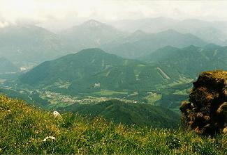 Foto: Wolfgang Dröthandl / Wander Tour / Großes Maiereck - Rundwanderung / Tiefblick nach St. Gallen mit Ruine Gallenstein / 06.04.2011 16:18:31