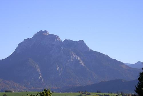 Foto: isi / Wander Tour / Säuling - über Schloss Neuschwanstein / Der Säuling von Norden, wie er sich markant nach Deutschland präsentiert / 07.01.2008 11:42:18