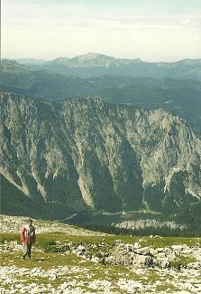 Foto: Wolfgang Dröthandl / Wander Tour / Von Weichselboden auf den Ringkamp / Blick vom Gipfel nach Norden: im Tal Prescenyklause, dahinter Hochtürnach, am Horizont Dürrenstein / 06.04.2011 15:55:32