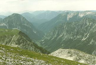 Foto: Wolfgang Dröthandl / Wander Tour / Von Weichselboden auf den Ringkamp / Blick vom Gipfel ins Salzatal (Gschöder), links Riegerin, rechts Kräuterin (Hochstadl) / 06.04.2011 15:54:27